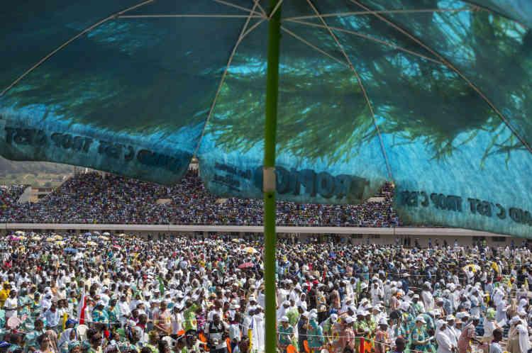 Bangui, le 29 novembre.  La foule lors de la grande messe célébrée par la Pape au Stade Barthélémy Boganda.