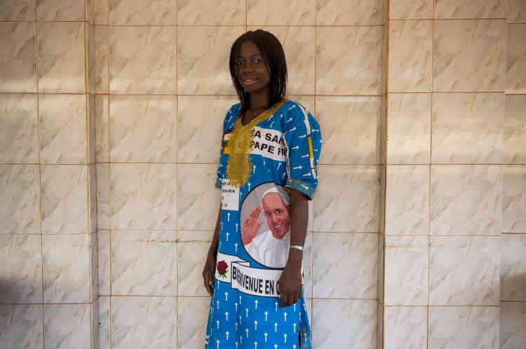 Bangui, le 29 novembre, une femme porte un pagne à l'effigie du pape François.