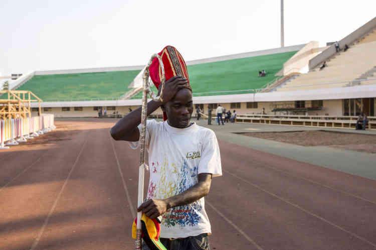 Bangui, le 28 novembre, lors des répétitions pour la grande messe que donnera le pape dans le stade Barthélémy-Boganda lundi, un jeune Centrafricain joue le rôle du pape François.