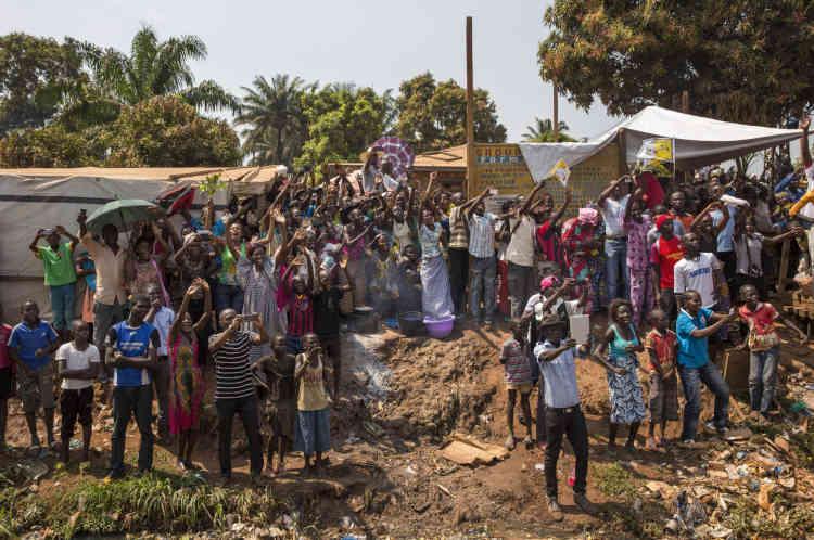 Bangui, le 29 novembre, la foule salue le pape dans les rues de Bangui.