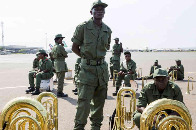Bangui, le 29 novembre, l'attente de l'arrivée du pape sur le tarmac de l'aéroport de Bangui.