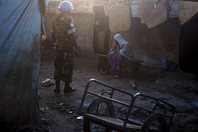 Des soldats de la Minusca sécurisent le site de la mosquée centrale de Bangui où le pape François s'est rendu fin novembre 2015.