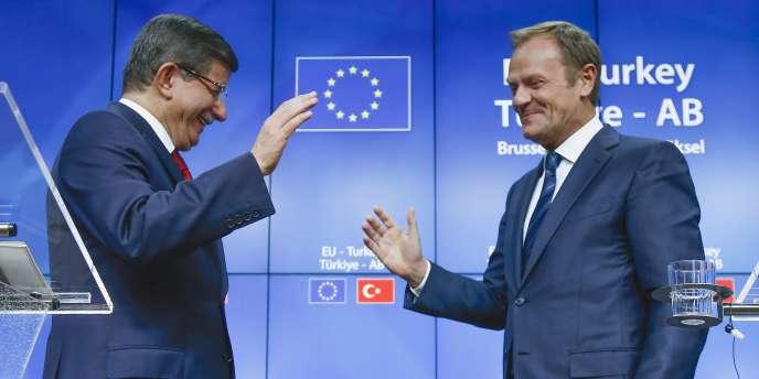 Le Premier Ministre turc Ahmet Davutoglu et le Président du Conseil Européen Donald Tusk lors du sommet Union Européenne - Turquie à Bruxelles le 29 novembre 2015.