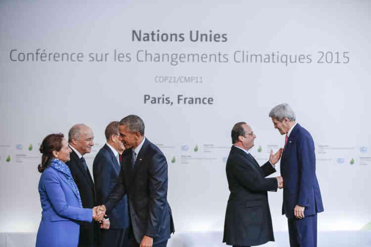 Barack Obama et son secrétaire d'Etat John Kerry sont accueillis par, de gauche à droite, Ségolène Royal, Laurent Fabius, Ban Ki-moon (derrière le président américain) et François Hollande.