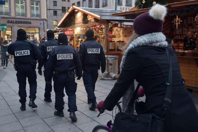 Des policiers patrouillent sur le marché de Noël à Strasbourg le 27 novembre 2015.
