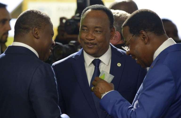 Le président du Niger, Mahamadou Issoufou (au centre), lors d'un échange avec ses pairs en marge de la COP21 à Paris, le 30 novembre 2015.
