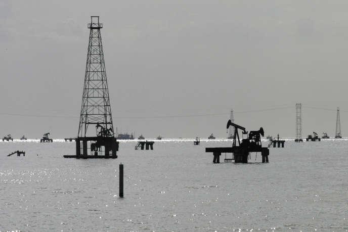 Exploitation du pétrole sur le Lac Maracaibo au large de Cabimas au Venezuela en février 2011.