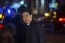 Le premier ministre du Japon, Shinzo Abe, venu rendre aux hommages aux victimes des attentats de Paris devant le Bataclan, le 29 novembre.