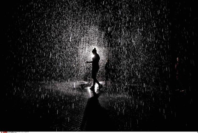 L'installation du collectif londonien Random International fonctionne grâce à des caméras qui captent les mouvements des visiteurs et forment un parapluie virtuel.