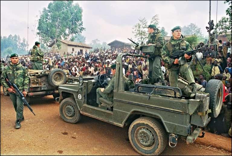 Des militaires français arrivent dans un camp de réfugiés hutu, le 3 juillet 1994.