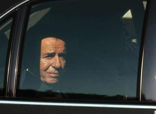 Carlos Menem en train de quitter un studio télé, après une interview à Santiago, au Chili, le 9 septembre 2004.