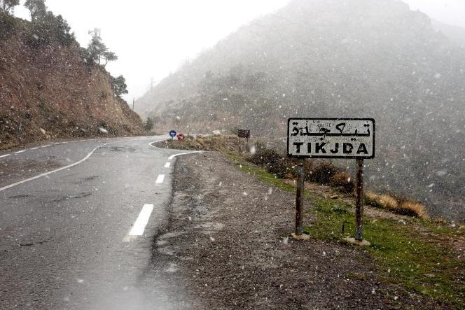 Tikjda, à 1 500 mètres d'altitude, est une station touristique prisée. C'est à 25 kilomètres de là, en direction de Tizi Ouzou, qu'Hervé Gourdel a été enlevé en septembre 2014.