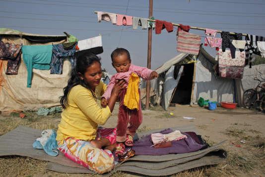 Une femme de 29 ans avec sa fille dans le camp temporaire de Chuchhepati, à Katmandou, au Népal, le 1er décembre 2015.