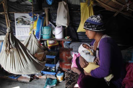 Une femme de 25 ans avec sa fille d'un mois dans le camp temporaire de Chuchhepati, à Katmandou, au Népal, le 1er décembre 2015.