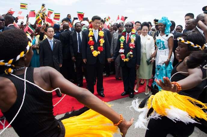 Xi Jinping (au centre, à gauche) et Robert Mugabe (au centre, à droite), lors de l'arrivée du Chinois dans le pays, à Harare, mardi 1er