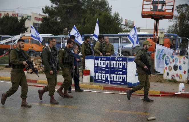 Des soldats israéliens sécurisent le carrefour de Gush Etzion, en Cisjordanie, après une attaque à l'arme blanche et la mort de l'agresseur palestinien. Le 1er décembre 2015.
