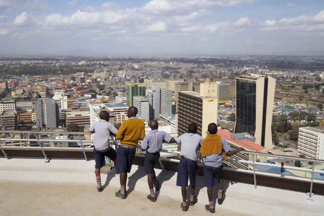 Des écoliers regardent le centre d'affaires de Nairobi, la capitale du Kenya.