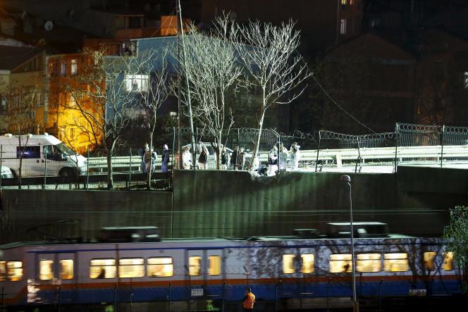 Des membres de la police scientifique sur les lieux de l'explosion, à Istanbul le 1er décembre.