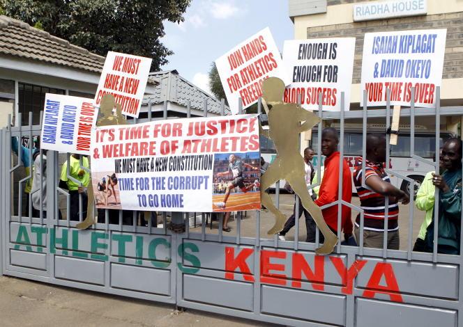 Lors de l'occupation des locaux de la Fédération kényane d'athlétisme par des athlètes, à Nairobi, le 23 novembre 2015.