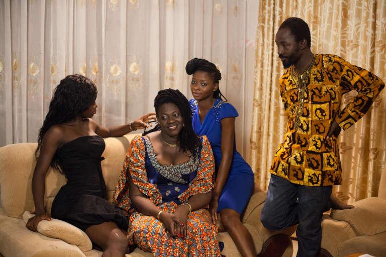 """Sur le tournage de la minisérie du réalisateur burkinabé Inoussa Kaboré, """"La Famille démocratique""""."""