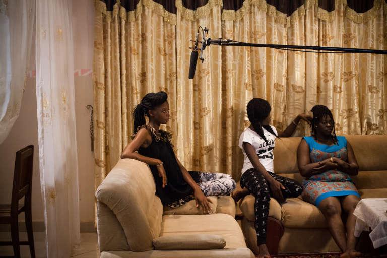 """Tournage de la minisérie télévisée burkinabée  """"La Famille démocratique"""", réalisée par Inoussa Kaboré."""