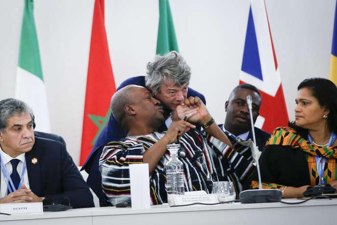 Jean-Louis Borloo et John Dramani Mahama, président du Ghana, lors du Sommet défi climatique et solutions africaines, dans le cadre de la COP21 à Paris-Le Bourget, mardi 1er décembre.