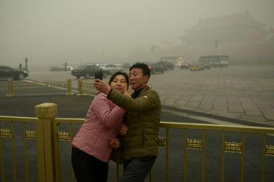 Un couple fait un selfie près de la place Tiananmen, mardi 1er décembre.