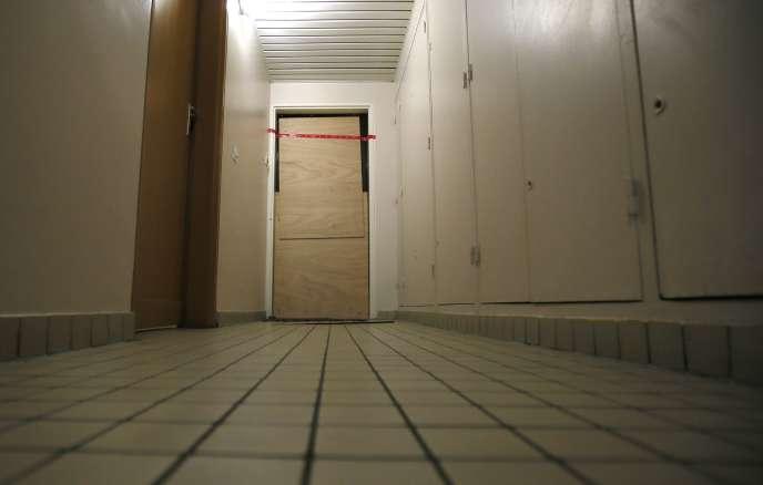 La porte de l'appartement où a vécu Samy Amimour, scellée par la police, à Drancy (Seine-Saint-Denis), le 17novembre.