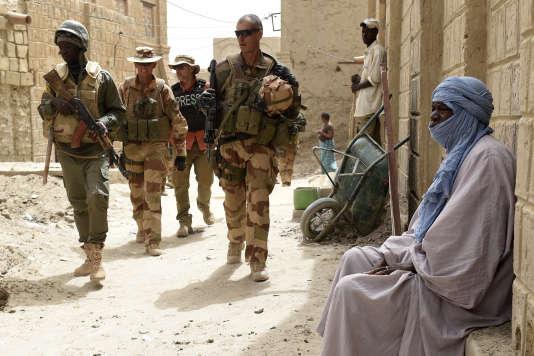 Des soldats français et maliensen patrouille, le 6 juin 2015, àTombouctou au Mali, dans le cadre de l'opérationBarkhane.