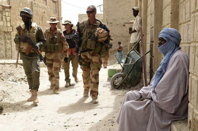 Des soldats de de l'armée française et de l'armée malienne, en patrouille le 6 juin 2015 à Tombouctou.