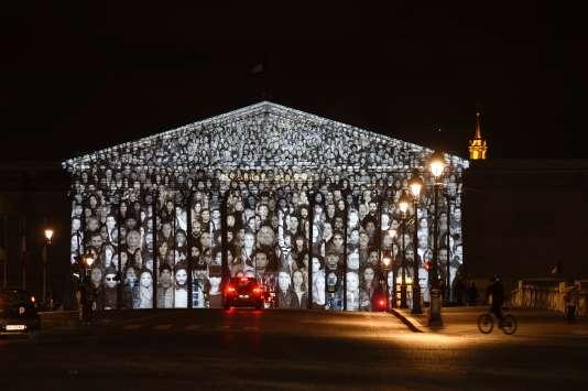 """La vidéo """"The Standing March"""", conçue par JR et Darren Aronofsky, le 30 novembre sur la façade de l'Assemblée nationale à Paris."""