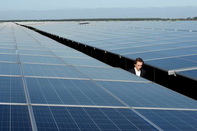 Les renouvelables que l'Ademe envisage d'installer sont ces énergies intermittentes, l'éolien et le photovoltaïque. Nos voisins allemands ont peu de barrages. Lorsque leurs 13 % d'énergies intermittentes les abandonnent, ils importent l'électricité des centrales nucléaires françaises (Photo: centrale solaire à Cetas en Gironde).