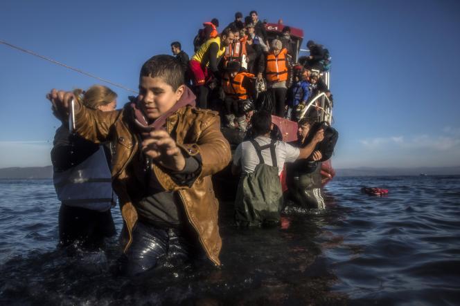 Des migrants arrivent sur l'île de Lesbos, le 1er décembre.