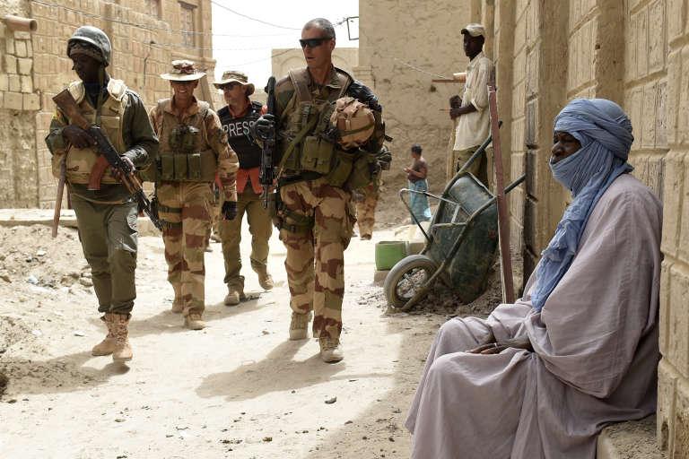 Des soldats français patrouillent à Tombouctou, au Mali, le 6 juin 2015.