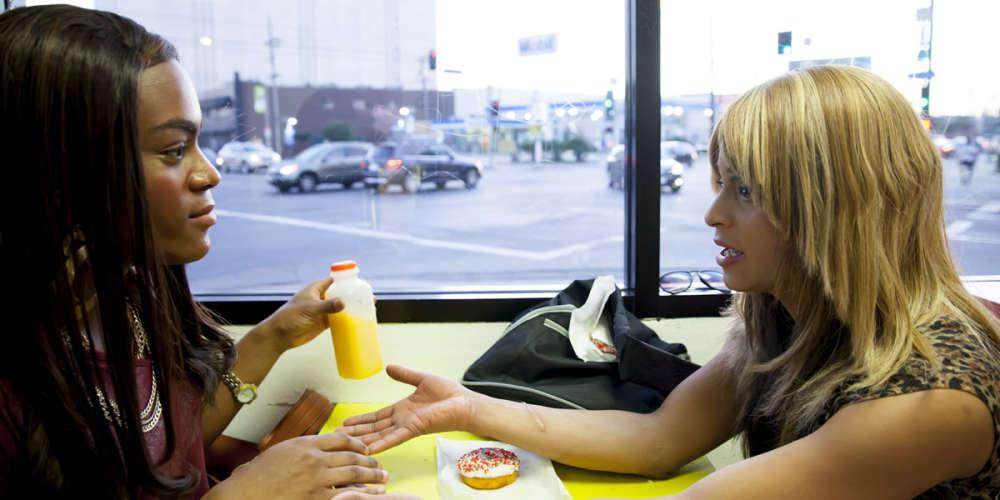Deux héroïnes afro-américaines, transgenres, pauvres comme Job et perpétuellement au bord de la crise de nerfs, sont lancées dans une course poursuite burlesque low-cost dans le quartier de West-Hollywood. Leur dynamique fournit au film une énergie formidable que déchaîne plus encore la mise en scène frénétique de Sean Baker.