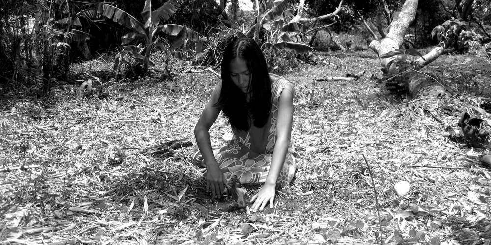 Neuf heures de fiction tournées dans l'urgence sur les terres désolées du sud de l'île de Luçon en 2007, juste après le passage dévastateur du typhon Durian. Le cinéaste philippin Lav Diaz s'y était rendu pour témoigner de ce désastre, aller à la rencontre des survivants et inscrire un récit mythique dans ce décor post-apocalyptique. Une démarche qui témoigne de manière exemplaire de l'éthique de ce grand chroniqueur de l'histoire de son pays, qui voit dans les cataclysmes naturels le pendant de la violence politique endémique qui y sévit sous des visages divers depuis l'époque coloniale.