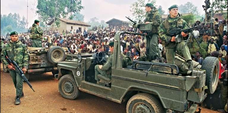Photo datée du 3 juillet 1994, sur laquelle des soldats français arrivent à un camp de réfugiés à Butare.