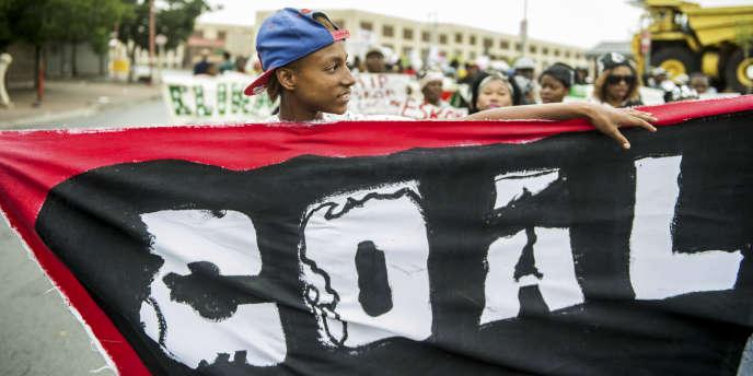 Environ 700 militants écologistes ont manifesté leur opposition au maintien des énergies fossiles, dont le charbon (« coal » en anglais), le 28 novembre 2015 dans le centre-ville de Johannesburg, en Afrique du Sud.