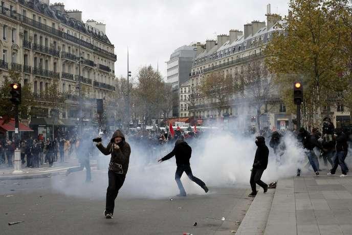 Des manifestants pendant le rassemblement interdit du 29 novembre, place de la République à Paris.