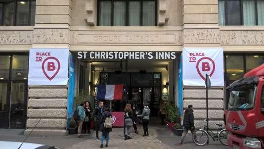 L'entrée de l'auberge de jeunesse St Christopher's Inns est décorée aux couleurs de l'événement