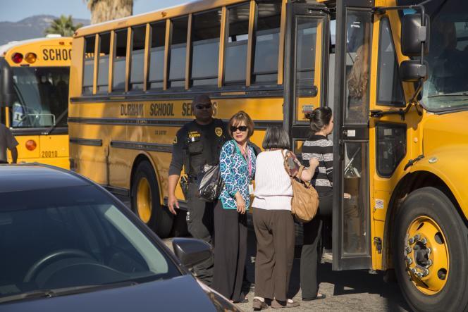 Les témoins de la fusillade de San Bernardino sont rassemblés dans des bus scolaires, le 2 décembre 2015.
