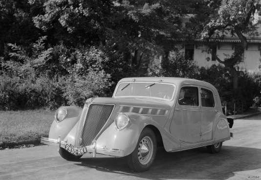 Présentée pour la première fois au grand public en 1934, la Renault Viva Grand Sport se distinguait, à l'époque, par ses lignes aérodynamiques.