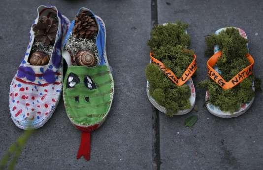Les Parisiens veulent rendre Paris plus végétal,en verdissant des trottoirs, des murs et des pieds d'arbres. Ici une paire d'espadrilles et de claquettes symboliquement remplies de mousse et placées sur la place de la République, lors de la COP21 en novembre 2015.
