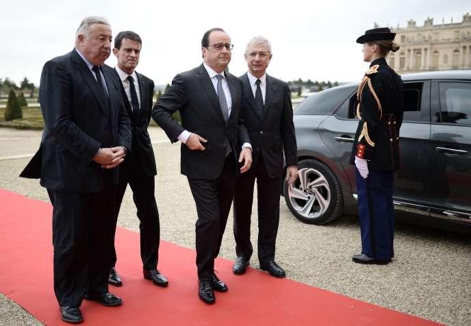 Francois Hollande, entouré du président du Sénat Gérard Larcher (à gauche) et de celui de l'Assemblée Claude Bartolone  (à droite), devant le premier ministre Manuel Valls, à Versailles le  16 novembre..
