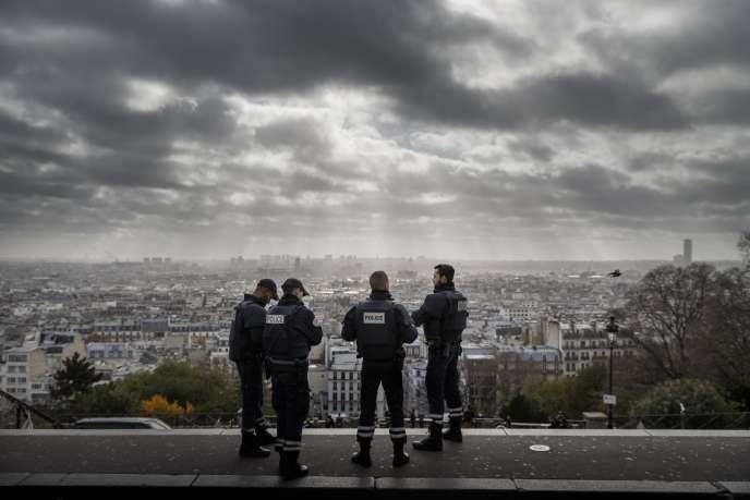 Des policiers à Paris le 18 novembre 2015.