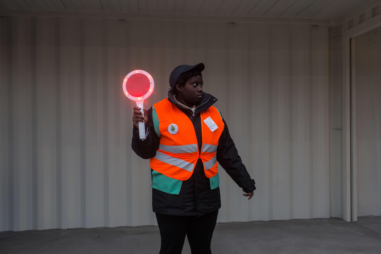 Un agent de la RATP à la gare du Bourget accueille les visiteurs de la COP21.
