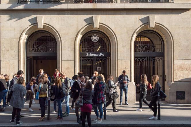 Entrée de Sciences Po Paris, le 13 octobre 2015.