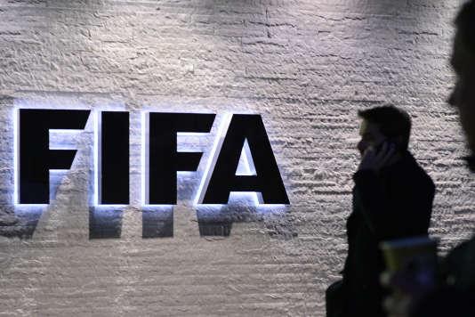 Une douzaine des responsables actuels et passés de la FIFA ont été arrêtés en Suisse. Ils sont soupçonnés de racket, de blanchiment d'argent et de fraude, selon le New York Times.