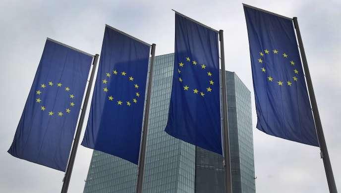 La BCE a légèrement réduit ses prévisions d'inflation pour 2016 et 2017 mais a laissé ses prévisions de croissance globalement inchangées.