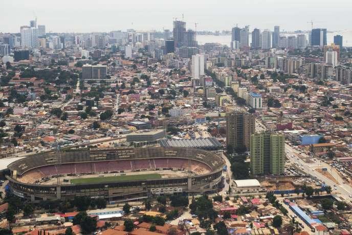 La skyline de Luanda, avec au premier plan le stadeEstadio da Cidadela, le 4 mai 2014.